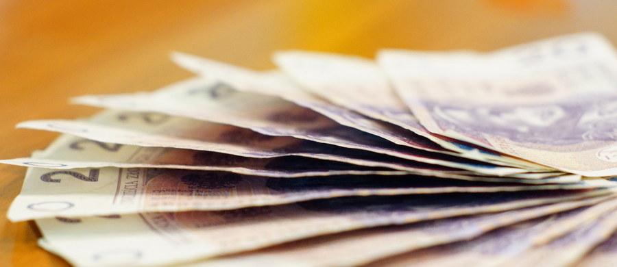 """WIG 20 na otwarciu poniedziałkowej sesji spadł o 1,30 proc. i wyniósł 1712,35 pkt. WIG 30 spadł o 1,37 proc. i wyniósł 1921,43 pkt. Na rynkach walutowych złoty tracił wobec dolara i euro. W piątek agencja ratingowa Standard&Poor's obniżyła długoterminowy rating polskiego długu w walucie obcej do poziomu """"BBB plus"""" z """"A minus"""". Perspektywa ratingu jest negatywna."""