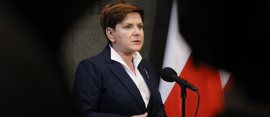 """""""Sprawy w Polsce idą w dobrym kierunku i te zmiany, które wprowadzamy, są dyktowane przede wszystkim naszym zobowiązaniem wobec wyborców, którzy dali nam mandat w wyborach demokratycznych"""" - powiedziała Beata Szydło przed wylotem do Strasburga. """"Chcemy, by Unia rozumiała, że Polska jako suwerenne państwo ma prawo podejmowania decyzji wewnętrznych, które służą obywatelom danego kraju"""" - podkreśliła."""