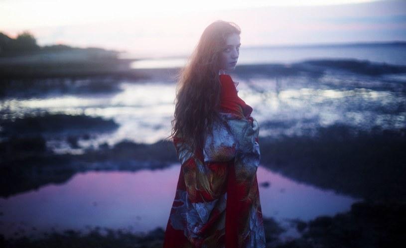 """Niespełna 20-letnia Birdy, jedna z najbardziej utalentowanych brytyjskich piosenkarek popowych, ujawniła szczegóły swojej trzeciej studyjnej płyty. Album o tytule """"Beautiful Lies"""" będzie mieć premierę 25 marca 2016 roku."""