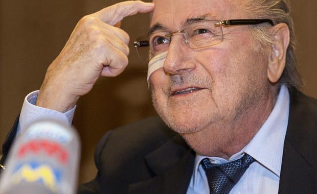 Zawieszony przez Komisję Etyki FIFA prezydent tej organizacji Joseph Blatter, nadal pobiera wynagrodzenie. Pobory będą mu wypłacane do 26 lutego, dopóki nie zostanie wybrany nowy szef światowej federacji piłkarskiej.