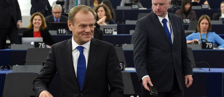 """""""UE ma prawo, a także obowiązek angażowania się w trudny i otwarty dialog z władzami każdego kraju członkowskiego UE, w którym zasady rządów prawa i demokracji mogą być naruszane"""" - tak szef Rady Europejskiej Donald Tusk skomentował we wtorek wszczęcie wobec Polski procedury ochrony rządów prawa. """"Jestem całkowicie pewien, że jest to decyzja optymalna, i w pełni ją popieram"""" - podkreślił."""
