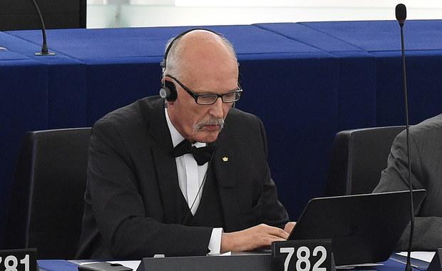 """""""Ja nie jestem demokratą, demokracji nienawidzę, demokracją pogardzam"""" - rozpoczął swoje wystąpienie podczas debaty w Parlamencie Europejskim nt. sytuacji w Polsce Janusz Korwin-Mikke. """"Chcieliście demokracji, to ją macie. Demokracja to tyrania większości. PiS mając poparcie większości będzie robił to, co chce"""" - mówił. """"A poza tym sądzę, że UE powinna być zniszczona"""" - zakończył."""