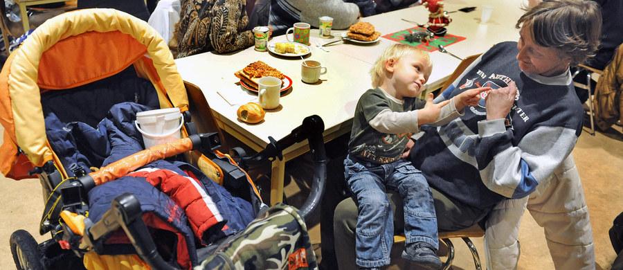 Z powodu wynikających z braku wychowania niemiłych epizodów obecność dzieci poniżej 5 lat, a także wózków i fotelików nie jest mile widziana w tym lokalu – głosi napis wywieszony na drzwiach restauracji w Rzymie. Decyzja restauratora wywołała ogólnonarodową dyskusję.