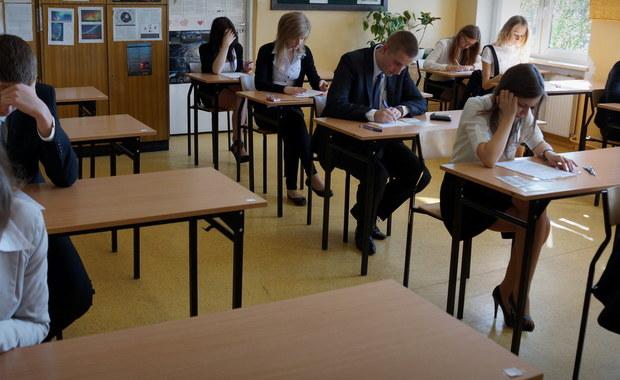 Ministerstwo Edukacji Narodowej wprowadzi nowy tryb odwołania od wyników matur. Jak dowiedział się reporter RMF FM, resort chce stworzyć przy Centralnej Komisji Egzaminacyjnej specjalne, dwuosobowe komisje, które w trybie doraźnym miałyby weryfikować decyzje komisji okręgowych.