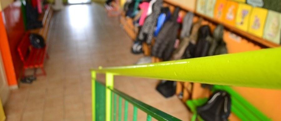 """Coraz mniej dzieci można zakwalifikować do grupy """"uczniów przeciętnych"""". Z testów wynika, że prawie co piąte dziecko nie umie tworzyć prostego tekstu, a trzecioklasiści mają też spore kłopoty z geometrią. Instytut Badań Edukacyjnych zbadał w sumie prawie 200 tysięcy uczniów z blisko 8 tysięcy podstawówek w całej Polsce."""