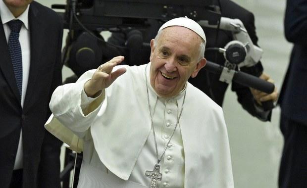 """""""Nie zapominajcie o biednych""""- zaapelował papież Franciszek w przesłaniu do uczestników Światowego Forum Ekonomicznego w Davos. """"Nie możemy nigdy pozwolić na to, by kultura dobrobytu nas znieczuliła i uczyniła nas niezdolnymi do współczucia wobec wołania innych z bólu"""" – podkreślił."""