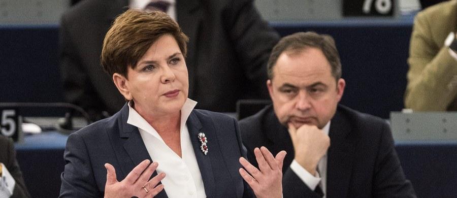 """""""Oczekuję od opozycji konstruktywnych propozycji ws. Trybunału Konstytucyjnego, a nie krytyki i narzekania"""" - powiedziała premier Beata Szydło. Zaproponowała też opozycji wspólne przepracowanie takiej zmiany w prawie, która uspokoi sytuację."""