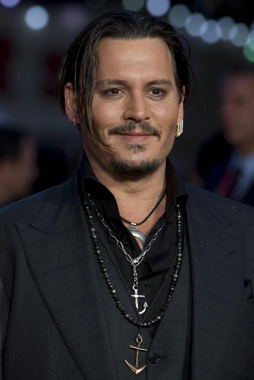 """Johnny Depp negocjuje swój udział w thrillerze kryminalnym """"Triple Frontier""""."""