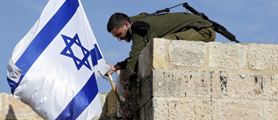 Nastoletnia Palestynka, która próbowała zaatakować nożem strażnika żydowskiego osiedla na Zachodnim Brzegu Jordanu, została przez niego postrzelona i zmarła - poinformowała izraelska policja. To trzeci taki atak w ciągu tygodnia na Zachodnim Brzegu.