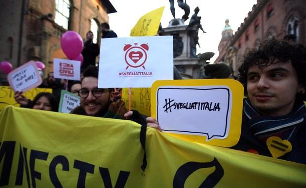 W kilkudziesięciu włoskich miastach odbyły się w sobotę manifestacje zwolenników uchwalenia przez parlament ustawy o związkach partnerskich, także osób tej samej płci. Uczestnicy wieców domagali się przyznania praw dla par homoseksualnych.