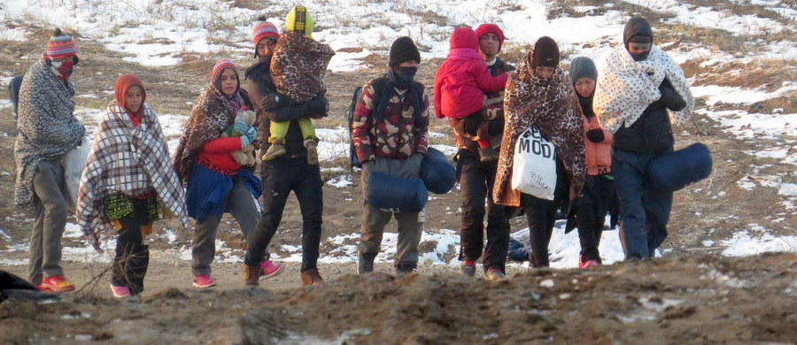 Komisja Europejska nie odpuszcza w sprawie stałego mechanizmu rozdziału uchodźców. Chce tylnymi drzwiami wymusić na Polsce i innych krajach UE, obowiązkowe przyjmowanie migrantów. Jak ustaliła dziennikarka RMF FM Katarzyna Szymańska-Borginon, Bruksela - mimo sprzeciwu Polski i 12 innych krajów - próbuje to zrobić przy okazji reformy prawa azylowego.