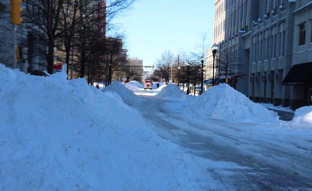 Amerykanie liczą straty po potężnej śnieżycy, jaka nawiedziła północno-wschodnią część Stanów Zjednoczonych. Wstępnie oszacowano je na kilka miliardów dolarów.