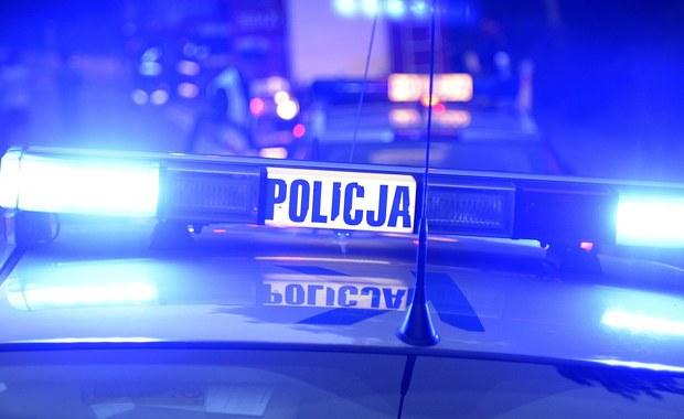 Nieznany sprawca sterroryzował kasjerki banku przy ulicy Piłsudskiego w Bielawie na Dolnym Śląsku. Złodziej miał przy sobie przedmiot przypominający broń. Na razie nie wiadomo, ile pieniędzy ukradł.