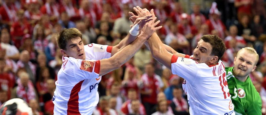 """Polscy szczypiorniści pokonali w poniedziałek Białorusinów 32:27 w meczu drugiej fazy mistrzostw Europy. """"Jesteśmy szczęśliwi, że wygraliśmy. W środę czeka nas mecz z Chorwacją. Zrobimy wszystko, aby wygrać i awansować do półfinałów"""" - mówił Piotr Chrapkowski.  """"Rozegraliśmy dobry mecz, ale na pewno nie należał on do łatwych"""" - dodał Karol Bielecki."""