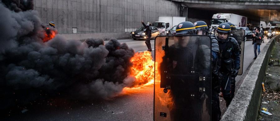 Czarny wtorek dla podróżnych we Francji. Strajkują tam kontrolerzy lotów. Dodatkowo drogi dojazdowe do lotnisk blokują tysiące protestujących kierowców taksówek. Wokół portów lotniczych - zwłaszcza koło podparyskiego lotniska Orly - dochodzi do zamieszek.