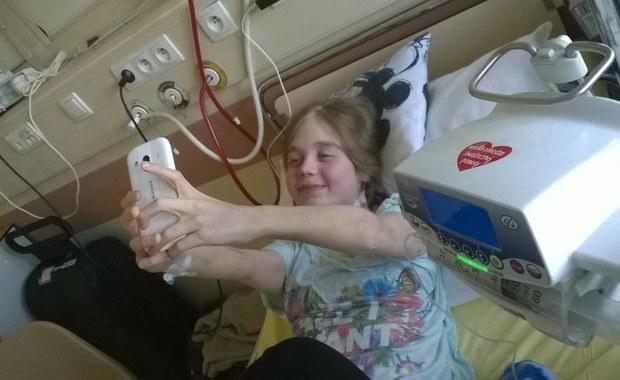 """Chodzi do trzeciej klasy gimnazjum. Zachorowała, gdy miała 6 lat. W wieku 12 doczekała się na upragnioną nerkę. To historia Karoliny z Lublina. Jej świat zawalił się ponownie, gdy po 2,5 roku w miarę normalnego życia straciła przeszczepioną nerkę. Mimo wszystko nie traci optymizmu, pisze bloga wspierającego osoby w takiej sytuacji jak ona. """"Nerka to wolność tej wolności najbardziej mi brakuje"""" – podkreśla Karolina."""