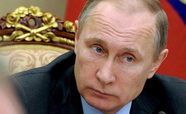 """Rzecznik Kremla Dmitrij Pieskow oświadczył, że zarzuty korupcyjne wysunięte przez przedstawiciela ministerstwa finansów USA pod adresem prezydenta Władimira Putina są bezpodstawne, rzucają cień na sam amerykański resort finansów i wymagają dowodów. Adam Szubin powiedział w wyemitowanym dzień wcześniej programie BBC """"Panorama"""", że prezydent Rosji jest skorumpowany i że rząd Stanów Zjednoczonych wie o tym """"od wielu, wielu lat""""."""