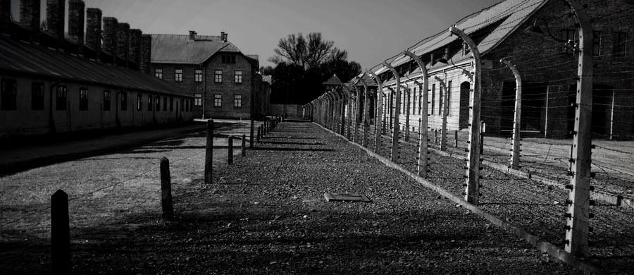 27 stycznia 1945 r. żołnierze Armii Czerwonej otworzyli bramy niemieckiego obozu Auschwitz. W chwili ich wkroczenia za drutami przebywało ponad 7 tys. skrajnie wyczerpanych więźniów. Żołnierzy sowieckich witali jako wyzwolicieli.