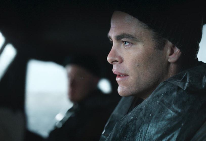 """Chris Pine to jedna z najjaśniejszych wschodzących gwiazd na hollywoodzkim firmamencie. Pełna wyzwań rola w najnowszej produkcji Disneya będzie ważnym elementem jego aktorskiej kariery. W """"Czasie próby"""" Pine wciela się w dowódcę maleńkiej łodzi ratunkowej, który stawia czoła jednemu z najstraszliwszych sztormów w historii Atlantyku. I zostaje bohaterem."""