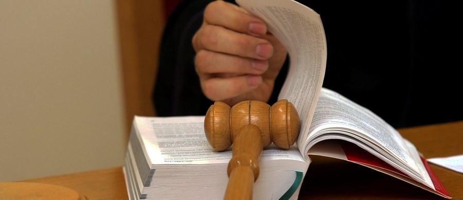 Niewinna, bo działała w obronie koniecznej – taki wyrok wydał Sąd Apelacyjny w Łodzi w sprawie 20-latki oskarżonej o zabójstwo 32-letniego mężczyzny we wsi pod Kutnem, w Łódzkiem. Mężczyzna zginął od ciosów nożem, a dziewczyna przyznała się do morderstwa. Tłumaczyła jednak, że zrobiła to w obronie własnej, bo 32-latek chciał ją zgwałcić.