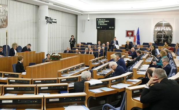 Senat przyjął bez poprawek nowelizację ws. zasad inwigilacji autorstwa PiS. Ma ona być wykonaniem wyroku Trybunału Konstytucyjnego z 2014 roku. Za jej przyjęciem bez poprawek głosowało 56 senatorów, 28 było przeciw, a 3 wstrzymało się od głosu. Przepadł wniosek mniejszości PO, by odrzucić całą nowelę. Teraz trafi ona do podpisu prezydenta.