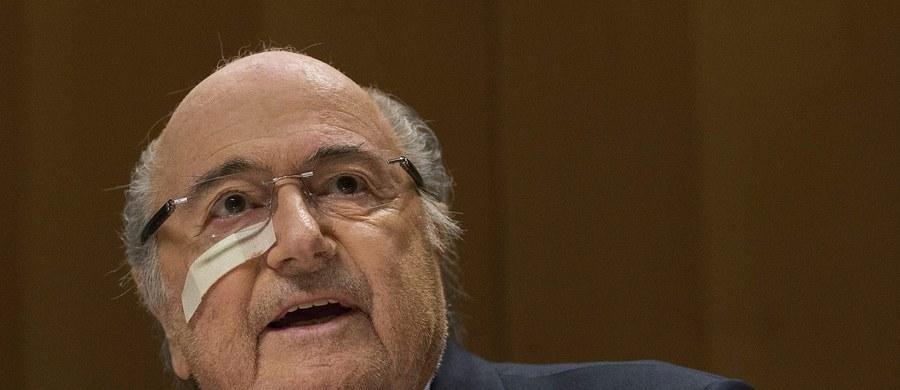 """Zawieszony na osiem lat były prezydent Międzynarodowej Federacji Piłkarskiej (FIFA) Sepp Blatter chce uczestniczyć w zaplanowanym na 26 lutego kongresie wyborczym - potwierdził jego rzecznik Thomas Renggli. """"Pan Blatter powinien uczestniczyć w obradach, jest bowiem osobą nadal posiadającą uprawniający go do tego mandat. A tylko - zgodnie z przepisami - kongres może podjąć decyzję o jego anulowaniu"""" - poinformował."""