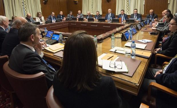 Pośrednie rozmowy w sprawie zakończenia blisko 5-letniej wojny w Syrii rozpoczęły się w Genewie w piątek. Nie bierze w nich jednak udziału główne ugrupowanie opozycyjne - Wysoki Komitet Negocjacyjny (HNC). Komitet ma się co prawda pojawić w europejskiej stolicy ONZ, ale na własnych warunkach. Poprzednie dwie rundy negocjacji zakończyły się fiaskiem.