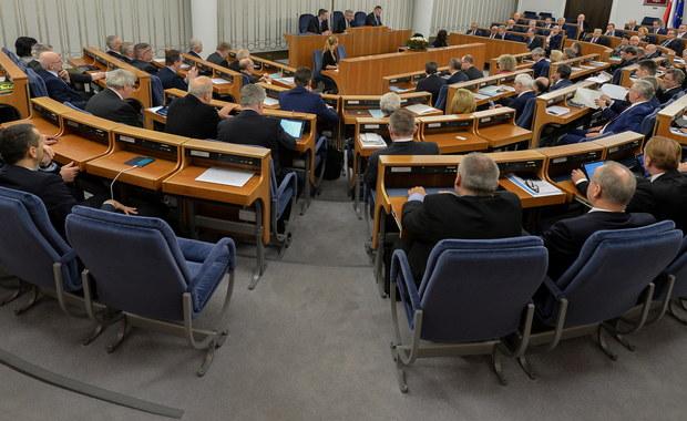 Po ok. siedmiu godzinach dyskusji nad ustawami przewidującymi m.in. połączenie funkcji ministra sprawiedliwości i prokuratora generalnego Senat przed godz. 3 w sobotę ogłosił przerwę w obradach do godz. 10. Na sobotę planowane są także senackie głosowania.