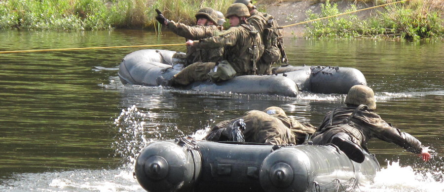 """Ustawowe ograniczenie do 12 lat czasu służby żołnierzy na kontraktach, głównie szeregowych zawodowych, zostanie zniesione - zdecydował w sobotę Sejm, nowelizując ustawę o służbie wojskowej żołnierzy zawodowych. Projekt zmian przygotowało PiS. Nowelizacja pozwala ponadto szefowi MON """"w szczególnie uzasadnionych przypadkach"""" na wyznaczenie żołnierzy na stanowiska służbowe zaszeregowane wyżej o dwa i więcej stopni wojskowych bez mianowania ich na ten stopień."""
