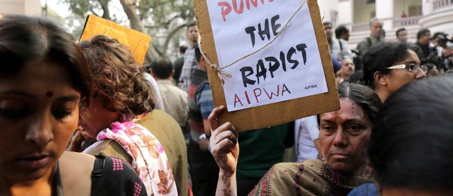 Sąd w Indiach skazał trzech mężczyzn na karę śmierci, a trzech pozostałych na dożywocie za gwałt zbiorowy i morderstwo 20-letniej studentki na przedmieściach Kalkuty w 2013 roku. Wyrok wydano w sobotę.
