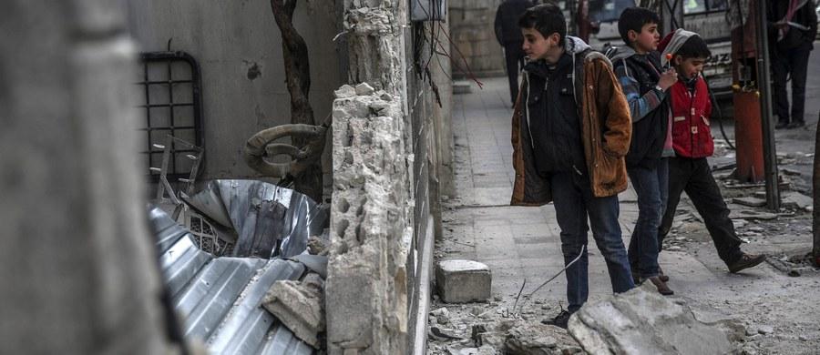 Ponad 60 osób zginęło, a 110 zostało rannych w niedzielę, gdy dwaj zamachowcy samobójcy wysadzili się na przedmieściach Damaszku, w dzielnicy Saida Zeinab, gdzie mieści się święty dla szyitów meczet - podały państwowe media, powołując się na dane MSW.