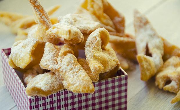 Kruche, lekkie, posypane cukrem pudrem faworki, a może serowe, smażone na głębokim tłuszczu oponki? Za kilka dni Tłusty Czwartek! Zapamiętajcie te przepisy.