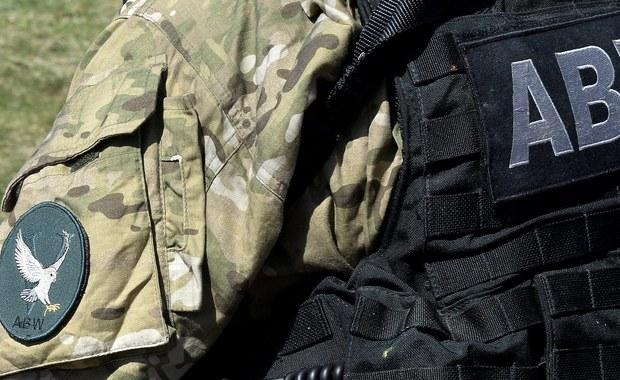 Agencja Bezpieczeństwa Wewnętrznego sprawdza dwóch Libijczyków, którzy zostali zatrzymani w ostatni weekend w Polsce. Jak ustalili reporterzy śledczy RMF FM, funkcjonariuszy ABW zaniepokoił fakt, że jeden z nich pochodzi z Belgii, a drugi posługiwał się sfałszowanym paszportem.