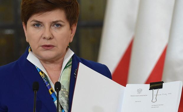 """Rząd przyjął projekt ustawy, która wprowadza program """"Rodzina 500 plus"""" - poinformowała premier Beata Szydło. Szefowa rządu przekazała go już marszałkowi Sejmu. """"To jest bardzo ważny dzień dla mnie osobiście, bo mogę dzisiaj powiedzieć, że dotrzymałam danego słowa, to jest bardzo ważny dzień dla polskich rodzin"""" - podkreśliła Szydło."""