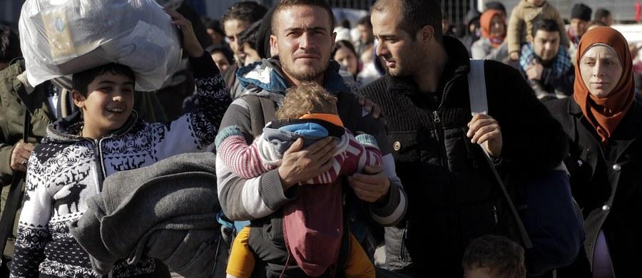 Polsko-syryjskie małżeństwo z Krakowa zajmowało się przemycaniem do Europy uchodźców z krajów arabskich. Mogli na tym zarobić ponad 45 tysięcy euro. Prokuratura Apelacyjna w Katowicach właśnie zakończyła śledztwo w tej sprawie. Wśród 12 oskarżonych jest też 6 polskich kierowców.