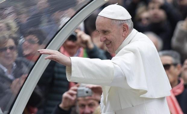 """""""Fakt"""" wraca w czwartkowym wydaniu do poruszającej historii małej Julki z Lubartowa. Kilka miesięcy temu dziennik pisał, że papież Franciszek przekazał ćwierć miliona złotych na jej leczenie. """"Skazywana przez polskich lekarzy na amputację niewykształconych nóżek i kalectwo do końca życia Julka zaczęła samodzielnie chodzić. Właśnie wróciła z kliniki w USA, gdzie przeszła operację"""" – czytamy w dzienniku."""