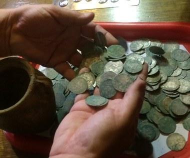 Monety sprzed kilkuset lat odnalezione w Wałbrzychu: Będą dalsze poszukiwania [ZDJĘCIA]