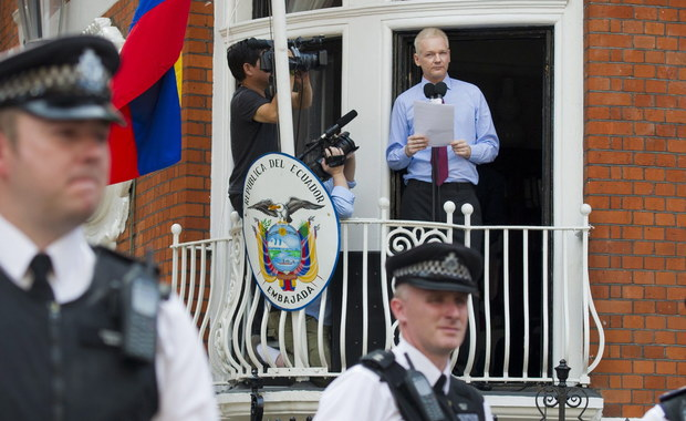 Twórca portalu WikiLeaks Julian Assange, chroniący się w ambasadzie Ekwadoru w stolicy Wielkiej Brytanii, jest arbitralnie przetrzymywany - ogłosiła w oświadczeniu specjalna grupa robocza ONZ ds. arbitralnych zatrzymań. Rozpatrywała ona wniosek Assange'a o pomoc, w którym przekonywał, że czas spędzony przez niego w ambasadzie jest właśnie arbitralnym przetrzymywaniem. Podkreślał, że został pozbawiony podstawowych wolności, w tym dostępu do światła słonecznego, świeżego powietrza, a także do świadczeń medycznych. Z wyrokiem nie zgadzają się Wielka Brytania i Szwecja.