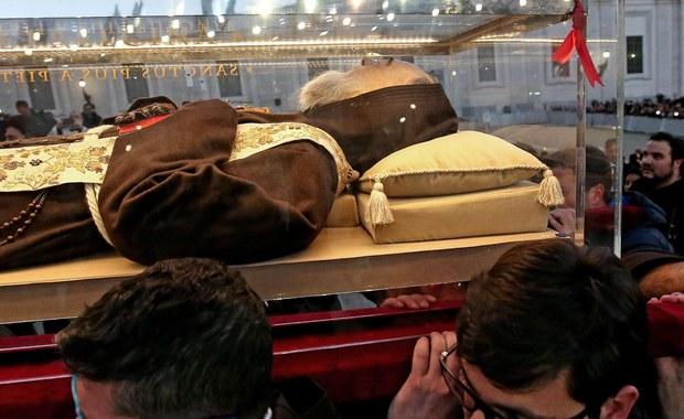 W uroczystej wielotysięcznej procesji, która przeszła w piątek ulicami Rzymu, do bazyliki świętego Piotra wprowadzono szczątki świętego Ojca Pio z Pietrelciny i świętego Leopolda Mandicia. Szklane trumny przywieziono do Watykanu z okazji Roku Miłosierdzia.