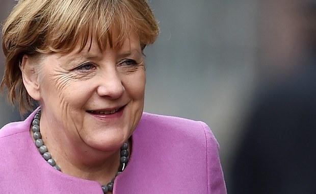 """Największym prezentem dla prezydenta Rosji Władimira Putina byłby upadek Angeli Merkel - pisze dziennik """"Die Welt"""". Porażka niemieckiej kanclerz utrzymującej politykę sankcji wobec Moskwy pozwoliłaby Putinowi przyspieszyć proces rozbijania UE. """"Prezydent Rosji widzi szansę na znaczne przyspieszenie realizowanego przez siebie planu rozbicia Unii Europejskiej. Upadek Angeli Merkel oznaczałby usunięcie z drogi centralnej politycznej liderki, która dotąd utrzymuje Europę na kursie sankcji wobec Rosji jako odpowiedzi na agresję na Ukrainie"""" - twierdzi autor komentarza Richard Herzinger."""