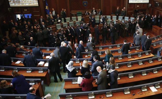 """W serbskim parlamencie przegłosowano odwołanie ministra obrony Bratislava Gaszicia za seksistowską uwagę, którą ten skierował pod adresem dziennikarki telewizji B92. Do  incydentu doszło w grudniu. Dziennikarka przyklękła w pewnej chwili przed ministrem, żeby nie zasłaniać go kamerom. """"Uwielbiam dziennikarki, które tak chętnie klękają"""" - powiedział do niej Gaszić. Opozycja uznała te słowa za """"nękanie, seksizm i przemoc werbalną""""."""