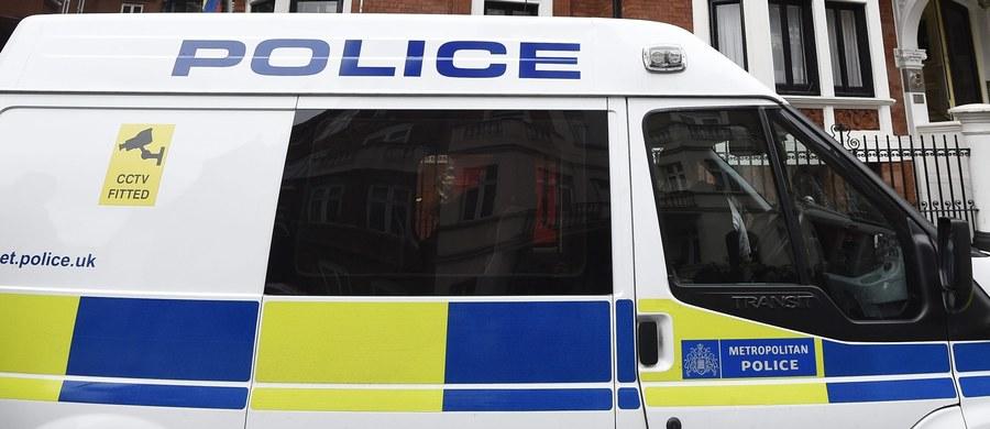 Zamaskowani sprawcy zaatakowali na ulicy brytyjskiego miasta Bolton 39-letniego Sebastiana Ż. Mężczyzna zmarł od zadanych mu wielu ran. Świadkiem ataku była towarzysząca mu przyjaciółka. Policja zatrzymała 29-letniego mężczyznę, którego podejrzewa o udział w zabójstwie.