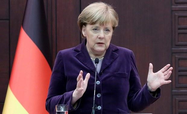 """Przebywająca z wizytą w Turcji kanclerz Niemiec Angela Merkel skrytykowała Rosję i reżim syryjskiego prezydenta Baszara el-Asada za bombardowanie miasta Aleppo na północy Syrii, co nasiliło exodus uchodźców w kierunku granicy tureckiej. """"Jesteśmy oburzeni ludzkimi cierpieniami powodowanymi przez naloty bombowe, także ze strony rosyjskiej"""" - powiedziała."""