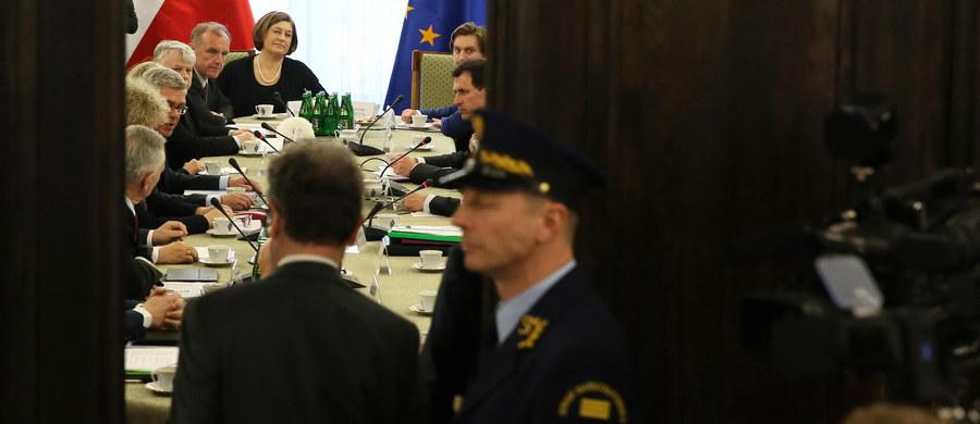Delegacja Komisji Weneckiej, która na prośbę szefa MSZ ma wydać opinię ws. przeforsowanych przez PiS zmian w ustawie o Trybunale Konstytucyjnym, spotkała się w Warszawie z przedstawicielami Sejmu i Senatu. Na spotkaniu w Sejmie PiS podkreślał dotychczasowy brak zasady pluralizmu w TK, a PO przekonywała, że zmiany autorstwa PiS doprowadziły do paraliżu Trybunału. Marszałek Senatu Stanisław Karczewski z PiS przekonywał Komisję, że Trybunał Konstytucyjny ma wszelkie warunki, by pracować, i najwyższa pora, by zaczął intensywnie działać, a wicemarszałek Bogdan Borusewicz z PO wskazywał z kolei na pośpiech przy uchwalaniu zmian w ustawie o TK.