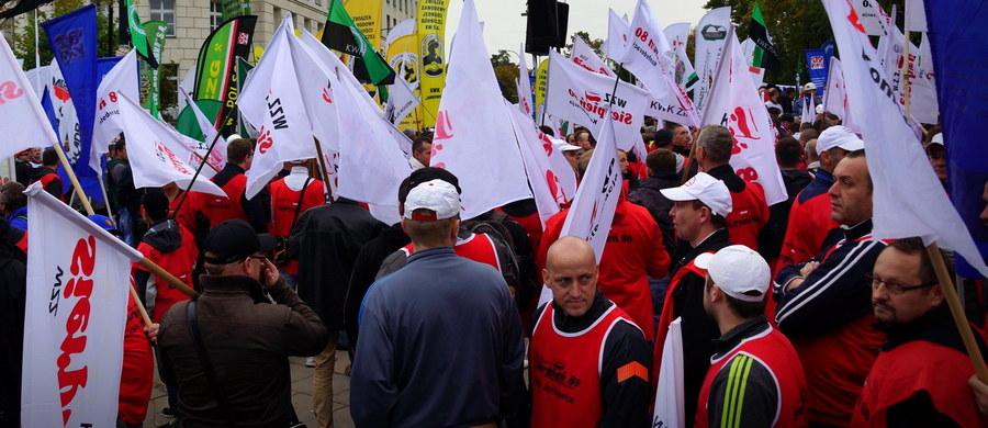 Masówki informacyjne we wszystkich kopalniach Kompanii Węglowej. Od wczesnego ranka związkowcy informują górników o tym, jakie zarząd i rząd mają plany dotyczące przyszłości spółki. Związkowe masówki w kopalniach będą odbywać się przed każdą zmianą; ostatnie zaplanowano przed północą.