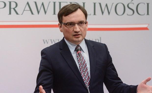 """Niedopuszczenie przez prezesa Trybunału Konstytucyjnego Andrzeja Rzeplińskiego wszystkich sędziów do udziału w rozmowie z delegatami Komisji Weneckiej jest dowodem na jego upolitycznienie i brak bezstronności - ocenił minister sprawiedliwości Zbigniew Ziobro. Relacjonując dziennikarzom w Sejmie swoją rozmowę z delegatami Komisji, poinformował również, że podczas spotkania podkreślał, że poprzedni parlament """"zawłaszczył Trybunał"""". """"Jest to sprzeczne z tradycją Trybunałów Konstytucyjnych w całej Europie, które zawsze szanują pluralizm jako warunek swojego funkcjonowania"""" - zaznaczył minister. Dodał, że Prawo i Sprawiedliwość przywróciło równowagę, """"pozostawiając przy tym większość opozycji""""."""