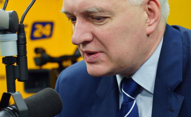 """""""Gdyby istniały rezerwy budżetowe, to byłbym zwolennikiem, żeby 500 zł było na każde dziecko. Jeśli rozwój polskiej gospodarki przyspieszy, to być może rozszerzymy program 500+"""" – mówi gość Kontrwywiadu RMF FM, wicepremier i minister nauki i szkolnictwa wyższego Jarosław Gowin. Jego zdaniem propozycja PO, by zrobić to w tym roku, jest """"demagogiczna i stoi w całkowitej sprzeczności z tym, co jeszcze niedawno deklarowali liderzy Platformy"""". """"Jeżeli koledzy z PO wskażą źródła finansowania rozszerzonego 500+, wtedy rząd gotowy jest zmodyfikować swój projekt"""" – deklaruje gość Kontrwywiadu. Dodaje, że """"inwestycja w polską rodzinę jest ciężką próbą dla naszego budżetu"""". Pytany o swoją wypowiedź w TVN24, gdzie stwierdził, że dziadek lidera KOD """"był związany z komunistycznym aparatem represji"""", odpowiada: """"Powiedziałem o jedno zdanie za dużo"""". """"Każdy ma swoje słabe momenty. Następnym razem nie pójdę na wywiad przemęczony"""" – dodaje. """"Moim błędem było ilustrowanie generalnej i słusznej tezy jakimkolwiek przykładem. Nie będę wchodził w żadne indywidualne życiorysy, bo już raz ten błąd popełniłem"""" – tłumaczy wicepremier. Wicepremier uważa, że nikogo nie obciążał, a jedynie zwracał uwagę, że istnieje zjawisko """"resortowych karier"""". """"Wielkim problemem Polski jest to, że nie było dekomunizacji i zostały zamazane kryteria dobra i zła"""" – ocenia gość RMF FM. Pytany o to, czy przeprosi za swoje słowa, odpowiada: """"Rozliczam się przed moim sumieniem""""."""