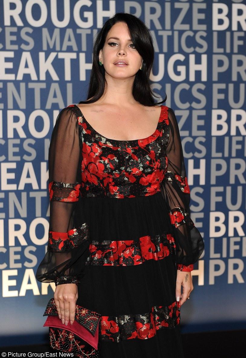 """Lana Del Rey ujawniła teledysk do utworu """"Freak"""" z jej ostatniej płyty """"Honeymoon"""". W klipie u boku Amerykanki wystąpił wokalista Father John Misty."""