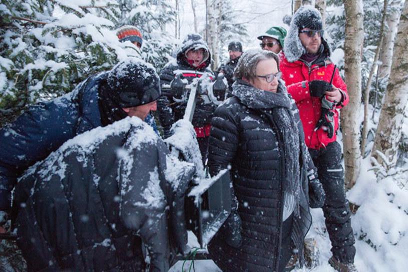 """W niedzielę, 7 lutego, Agnieszka Holland zakończyła zdjęcia do filmu """"Pokot"""". Ekranizacja powieści Olgi Tokarczuk pt. """"Prowadź swój pług przez kości umarłych"""" powstawała w trzech etapach - letnim, jesiennym i zimowym."""