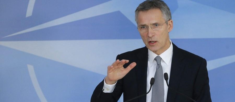 """Ministrowie obrony państw NATO zgodzili się na wzmocnienie wysuniętej obecności wojskowej we wschodnioeuropejskich krajach członkowskich - poinformował sekretarz generalny Sojuszu Jens Stoltenberg. Uzgodnienia zapadły na spotkaniu szefów resortów obrony w Brukseli. """"Myślę, że dla Rosji będzie to znak, iż posunęła się już za daleko. Tylko jednoznaczność, tylko zdecydowanie może uratować pokój w Europie"""" - skomentował tę decyzję szef polskiego MON Antoni Macierewicz."""